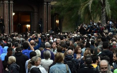 Catalogna, il giorno del voto. La polizia nazionale sgombera i seggi, cariche e violenza