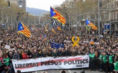 Catalogna, Puigdemont fermato in Germania. Barcellona in piazza, 87 feriti e 4 arresti