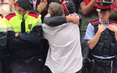 Catalogna: L'abbraccio al mossos