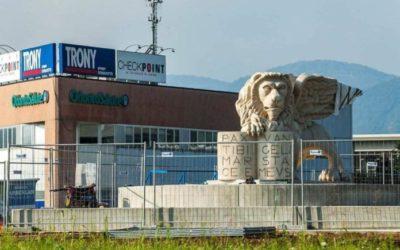 Posato il leone di San Marco più grande del mondo