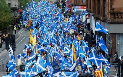 Marcia per l'indipendenza in Scozia, decine di migliaia in piazza a Glasgow