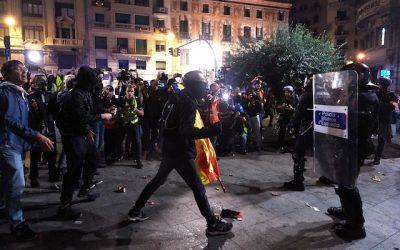 Catalogna: scontri a Barcellona e Madrid, cariche dei Mossos, gravissimo un agente