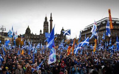 """Scozia, migliaia in piazza per l'indipendenza. Sturgeon: """"È a portata di mano"""""""